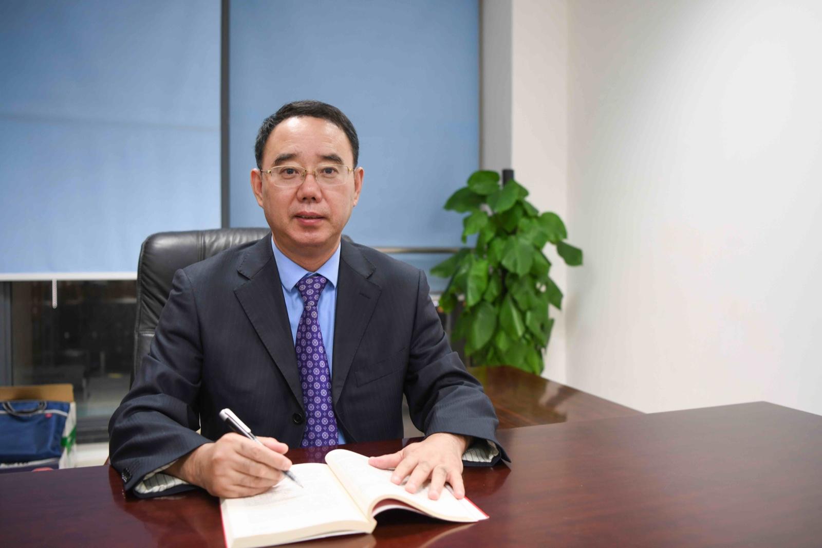 李成飞 党委委员、副校长